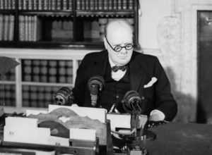 Winston Churchill atendiendo a la radio