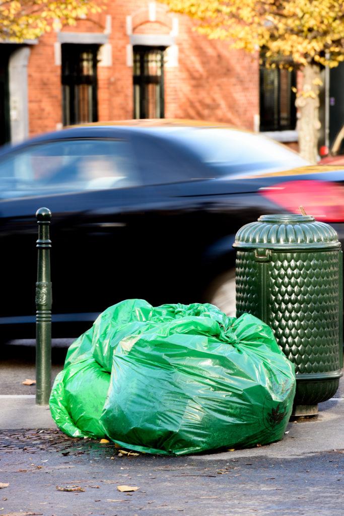 Residuos urbanos: Bolsas de basura en la calle de una ciudad europea