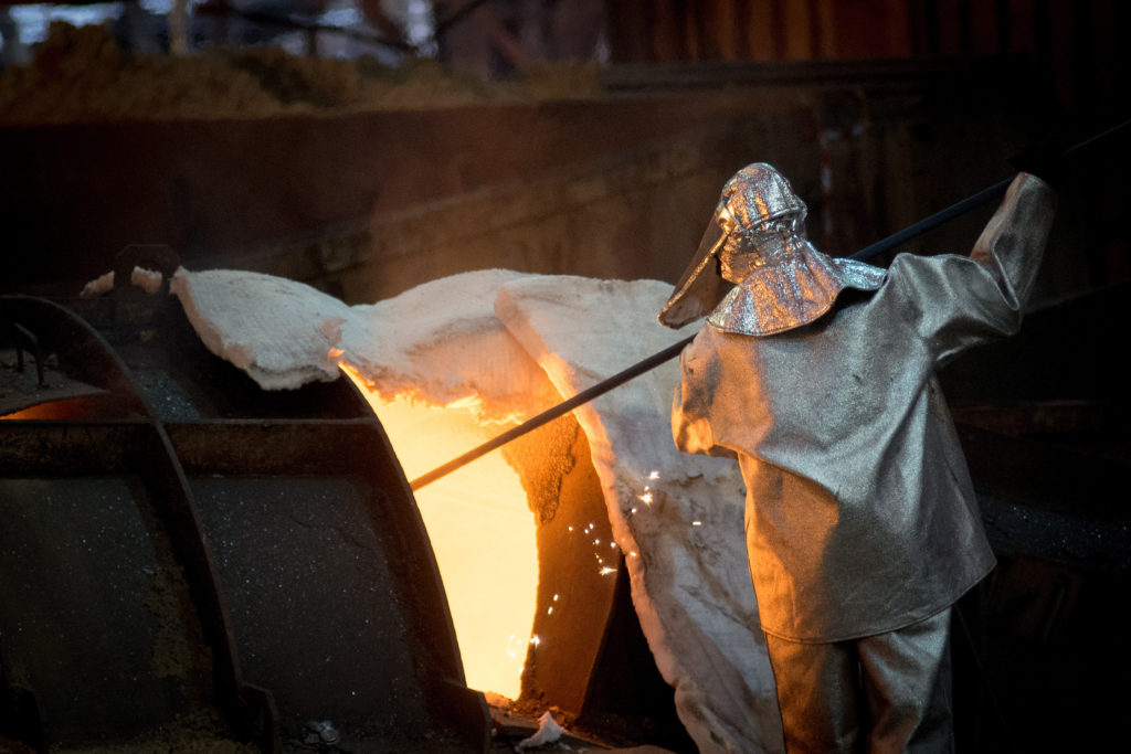 Trabajando el acero en una industria